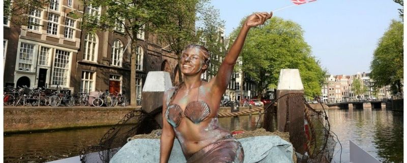 De Kleine Zeemeermin gespot in Amsterdamse grachten
