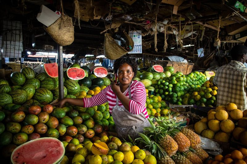 Kenia nairobi vrouw op lokale markt