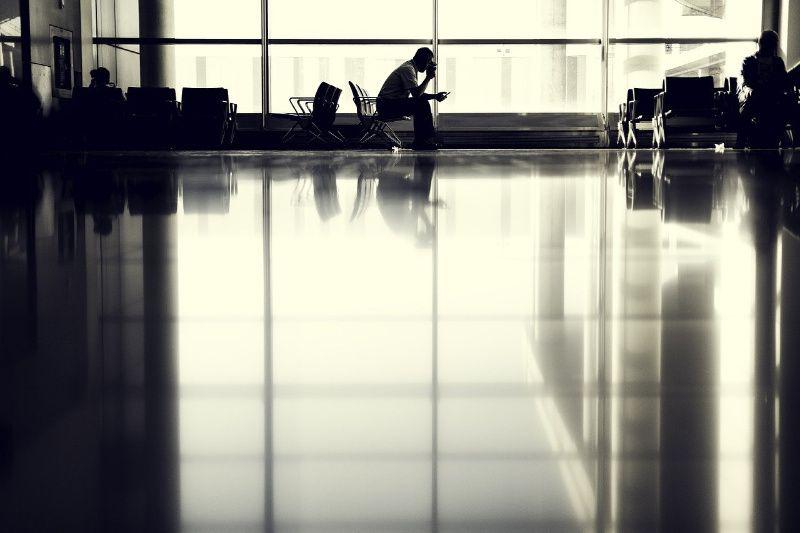 Wachten en netflix kijken op de luchthaven