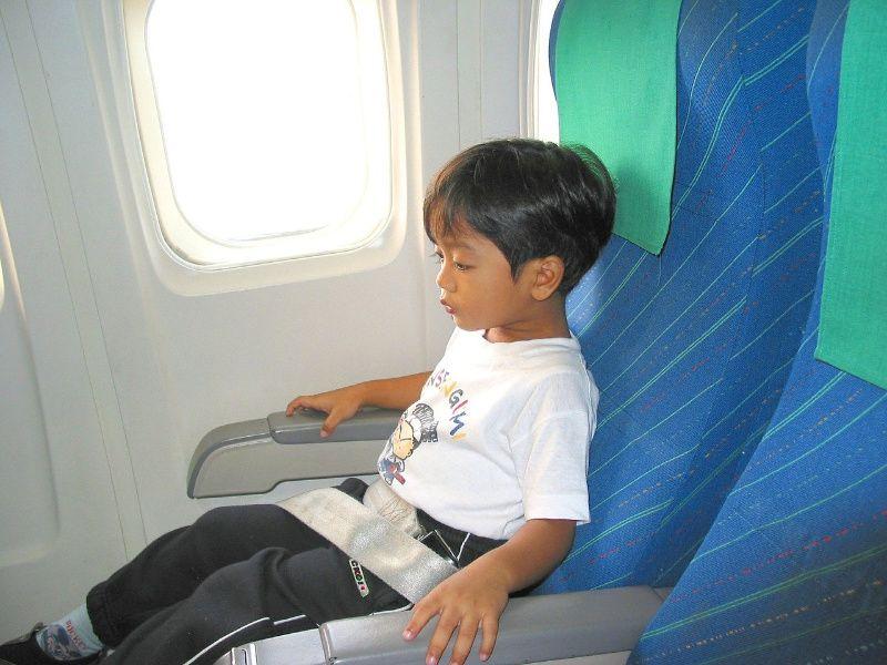 Reizen met kinderen kind in vliegtuig