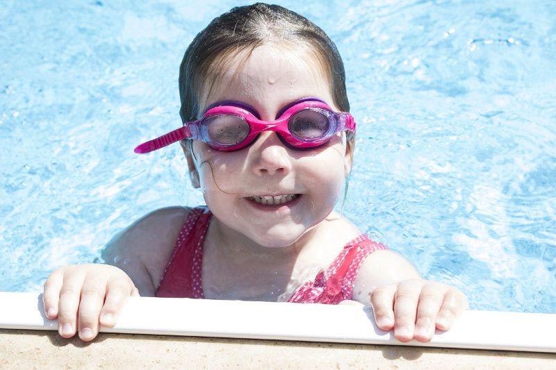 Reizen met kinderen kind in zwembad