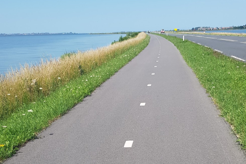 fietsen langs gouwezee markermeer marken volendam nederland laag holland