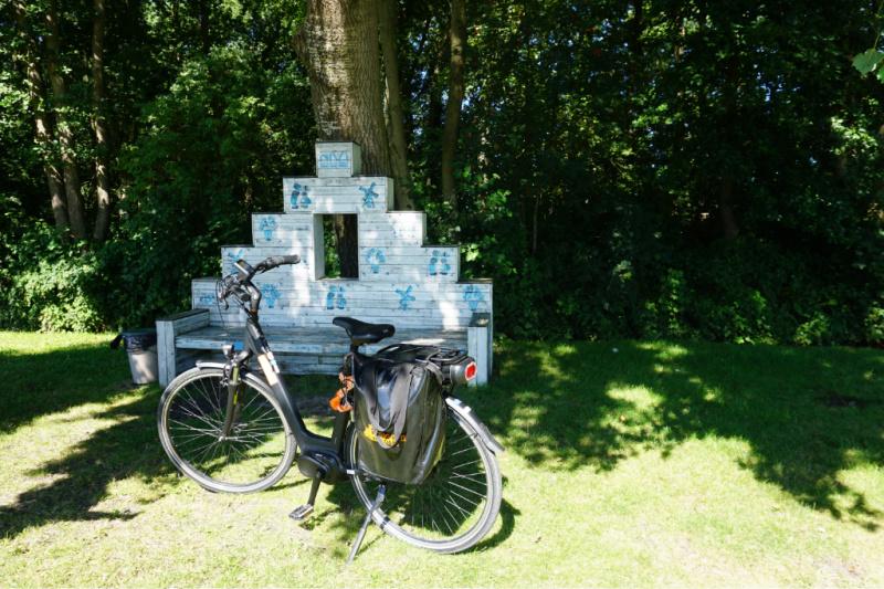 rusten op een bankje Bloemenstreek fietstocht