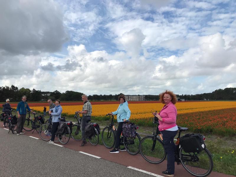 Bollenstreek-wordt-Bloemenstreek-fietstocht-langs-de-bloemen-bij-een-veld-vol-Crocosmia-Lucifer-en-een-oude-bollenschuur