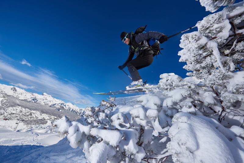 Scheren over boomtoppen in skigebied Vogel Slovenië