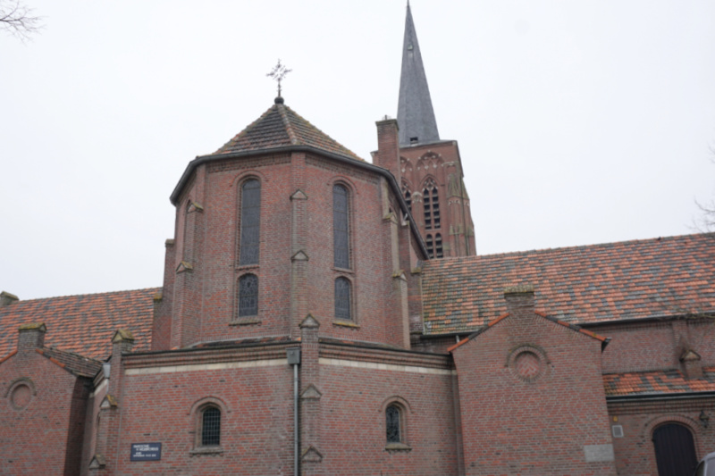 Sint-Willibrorduskerk is een rooms-katholieke kerk in Alphen