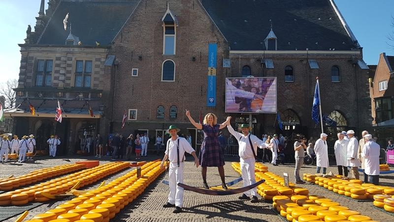 kaasmarkt Elisa van Flitter Fever reisblog op de Kaasmarkt in Alkmaar