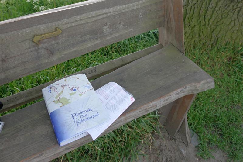 Ons Kloosterpad Bindboek op bankje