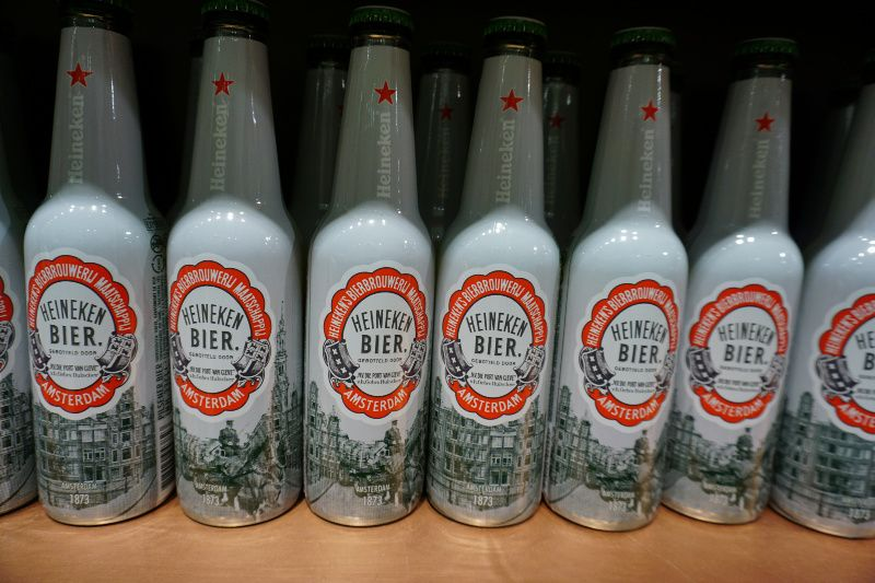 Bier drinken in Amsterdam Heineken flessen