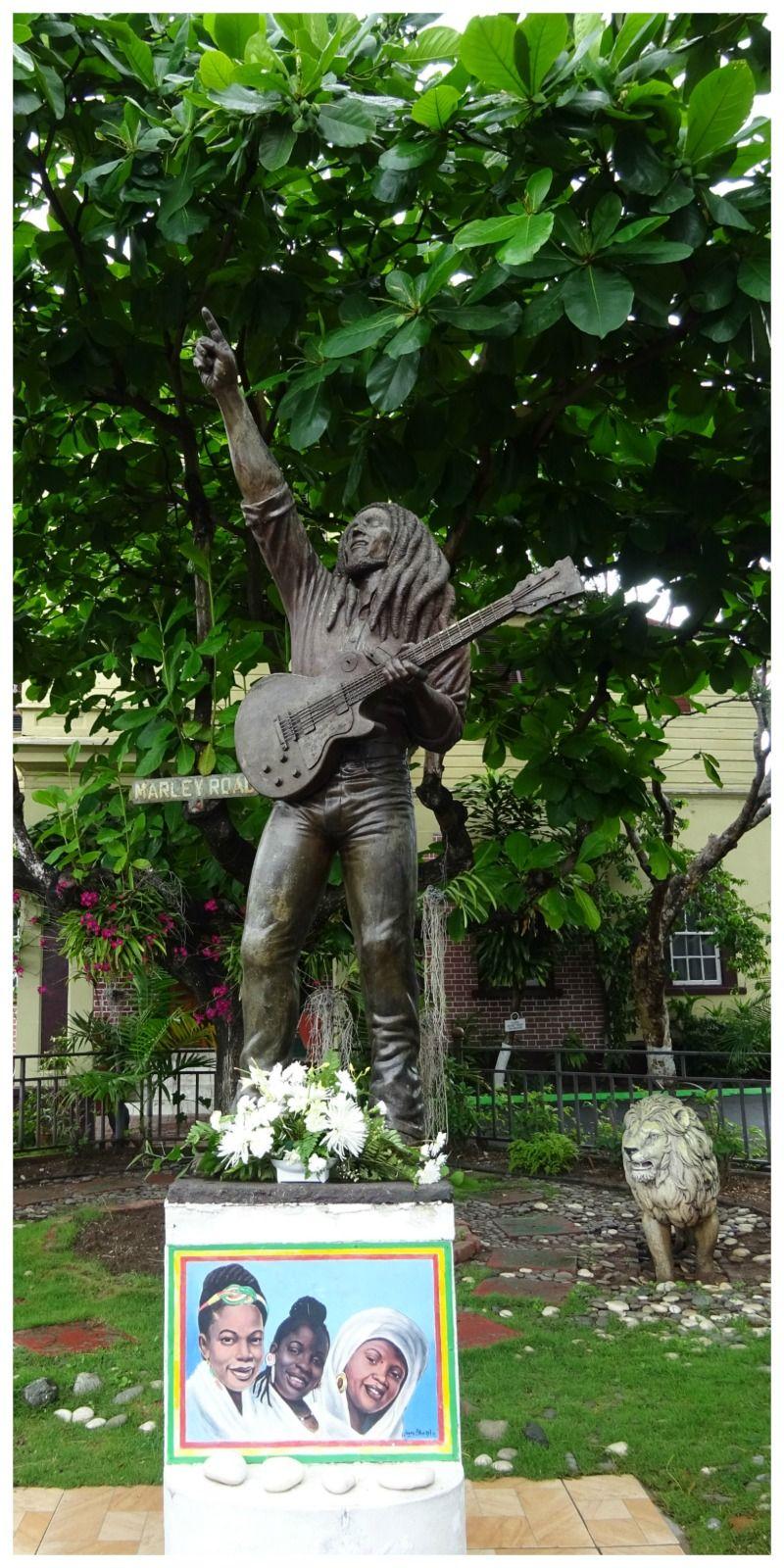 Bob Marley museum tuin met standbeeld