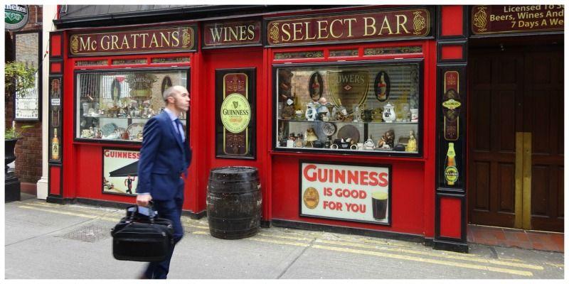 Dublin Ierland zakenman loopt langs pub