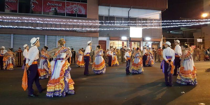 La Pura Vida in Costa Rica Traditionele kleding parade Festival de la Luz