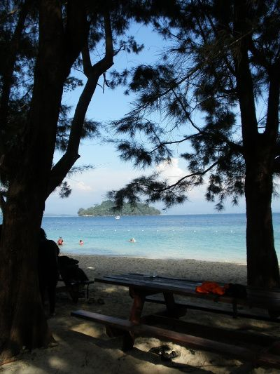 Maleisie doorkijkje bomen strand Tunku Abdul Rahman NP