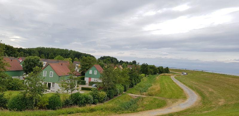 Novasol Vakantiehuis in Zeeland Wemeldinge uitzicht op villapark de Oesterbaai vanaf de dijk